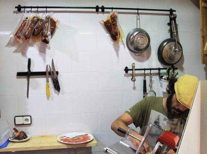 Dani haciendo el plato variado de ahumados