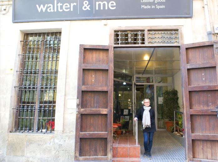 Beatrice en la puerta de su local en la Calle Villavieja