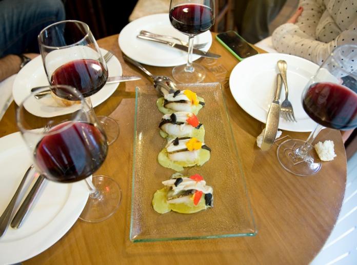 Bacalao negro con salsa de espardeñas y hortiguillas y pil-pil de miel del Retsaurante Nou Manolín